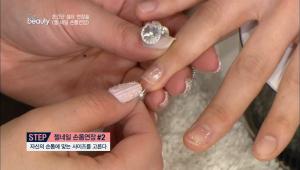 자신의 손톱에 맞는 네일팁을 고른 후 팁을 만들어주는 팁젤을 팁 안쪽에 충분히 발라주세요.