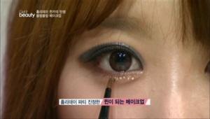 투명 마스카라를 눈 밑에 발라주고, 네일 글리터를 활용 해 눈 밑에 하나씩 붙여주세요.