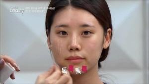 파운데이션을 스펀지에 묻혀서 바르면 얼굴 앞면만 중점적으로  <br>발라지는 경우가 있어 면봉을 사용하여 양을 고르게 얼굴에 찍어주세요