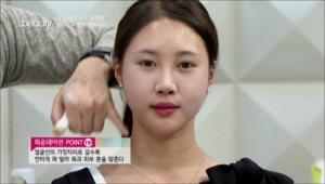 <b>TIP</b> 파운데이션은 얼굴 중앙에서부터 바르면 좋아요! <br>얼굴선의 가장자리로 갈수록 연하게 펴발라 목과 피부 톤을 맞춰주세요