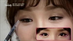 큰 눈을 연출하기 위해서 애교살을 그려서 만들거에요! <br>원래의 애교살 부분보다 끝으로 더 연장해서  <br>그려주면 눈이 밝아지는 효과가 있어요.