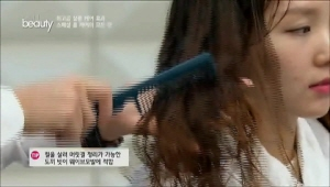 웨이브 모발에는 컬을 살려 머릿결을  <br>정리할 수 있는 도끼 빗을 사용해주세요~!