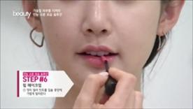 장미 컬러 틴트를 입술  중앙에 가볍게 발라주세요!