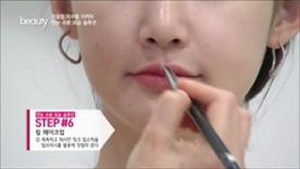 촉촉하고 화사한 핑크 립스틱을 립브러시를 활용해 덧발라요~
