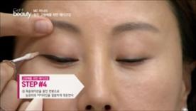 파운데이션을 묻힌  면봉으로 눈꼬리의 아이라인을  깔끔하게 정돈해주세요~