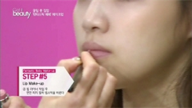 립 라이너 작업 후 연한 피치  컬러 립스틱을 발라요!