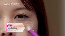 포인트 컬러를 선택해서 눈 앞꼬리에서부터 눈 뒤쪽으로,  눈 뒤쪽에서 볼까지 연결해 포인트를 주세요!