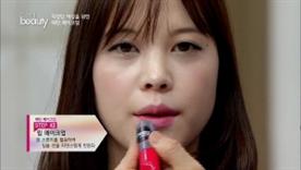 스펀지를 활용하여 입술 선을 자연스럽게 만들어주세요!