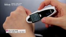 피부 속 수분 정도를 간단히 체크 할 수 있는  수분 측정기에요~  촉촉女들의 수분 정도를 함께 체크해볼게요~!