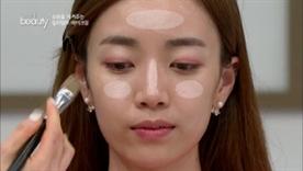 얼굴 안 쪽 위주로 발라 하이라이트 효과를 주세요!  얼굴 전체에 쓰는 것 보다는 이마와 콧등,  볼 안쪽 위주로 발라주면 좋아요~