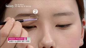 눈썹산을 먼저 그린 다음에  눈 앞머리 밑 부분을 채워주세요~  나머지는 남은 양으로 그라데이션을 넣어주면 돼요!
