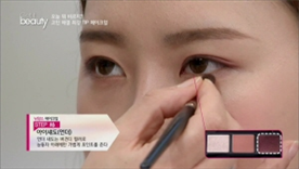언더 섀도는 버건디 컬러로  눈동자 아래에만 가볍게 포인트를 주세요!