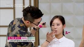 립 제품을 손등 위에 덜어낸 후  입술을 모으고 터치해주세요!