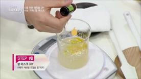 천연화장품의 감초인 라벤더 에센셜 오일을  살짝 기울여서 다섯 방울 정도 첨가해주세요! 내용물이 잘 섞이도록 골고루 저어주세요!