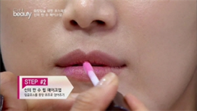 립글로스를 중앙 위주로 얹어 생동감 있는 입술을 연출해주세요~! 아이들과 외출할 때 딱 예쁜 정도의 생기넘치는 내추럴한 립이 완성돼요!