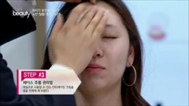 데일리로 사용할 수 있는 안티에이징 크림을 얼굴 전체에 펴 발라주세요!