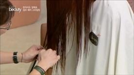 양 쪽 앞머리를 가장 뒷머리보다  살짝 짧게 잘라서 커팅 가이드를 잡아주세요!