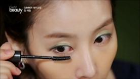 동양 여성의 눈매에 맞춤 디자인된 참빗 모양의 마스카라로 아이메이크업을 마무리했는데요, 곧게만 빗겨줘도 볼륨과 선명도가 살아나는 제품이라고 해요!