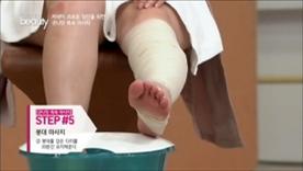 붕대를 발바닥부터 종아리까지  탄탄하고 촘촘하게 감아주세요!  붕대를 감은 다리를 20분간 유지해주세요~