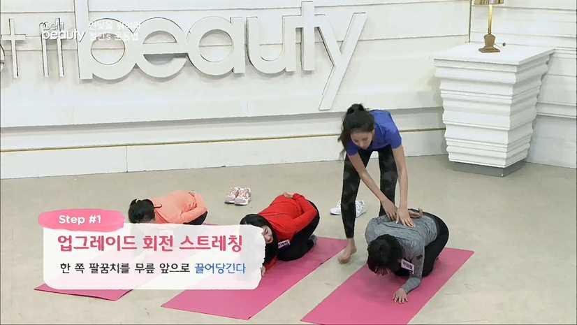 STEP#1.업그레이드 회전 스트레칭 한 쪽 팔꿈치를 무릎 앞으로 끌어당긴다. 다른 손은 반대쪽 어깨 위에 올린다.