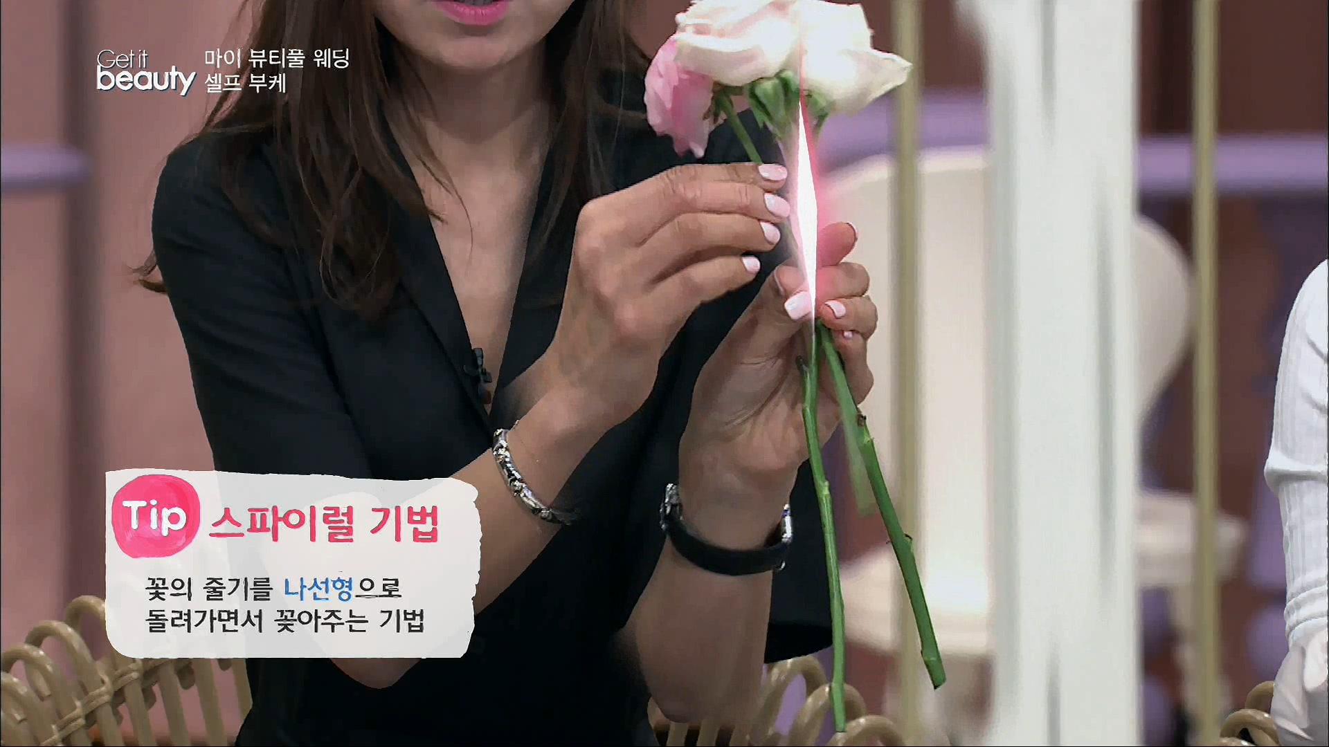 Tip. 스파이럴 기법 꽃의 줄기를 나선형으로 돌려가면서 꽂아주는 기법