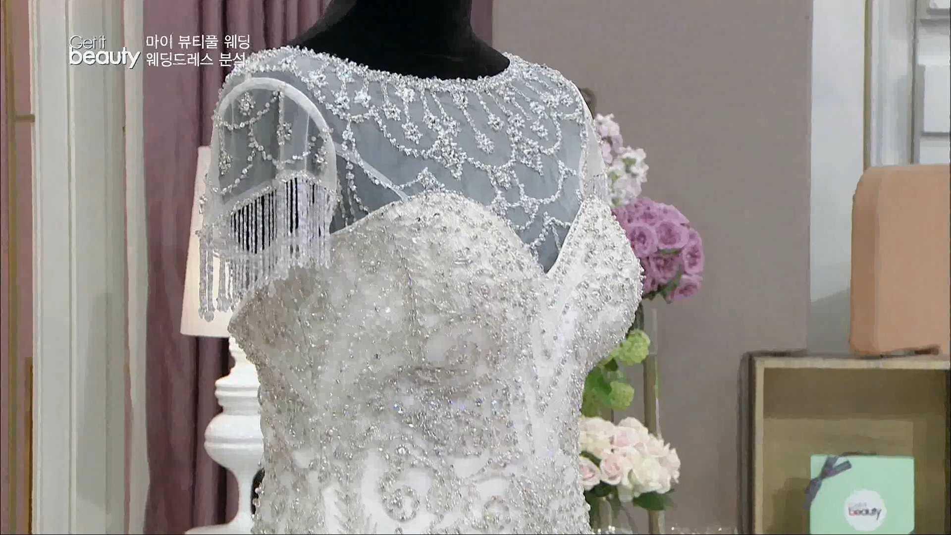 드레스 전체의 화려한 장식에 반면 스커트 라인은 매우 심플하게 연출됬어요