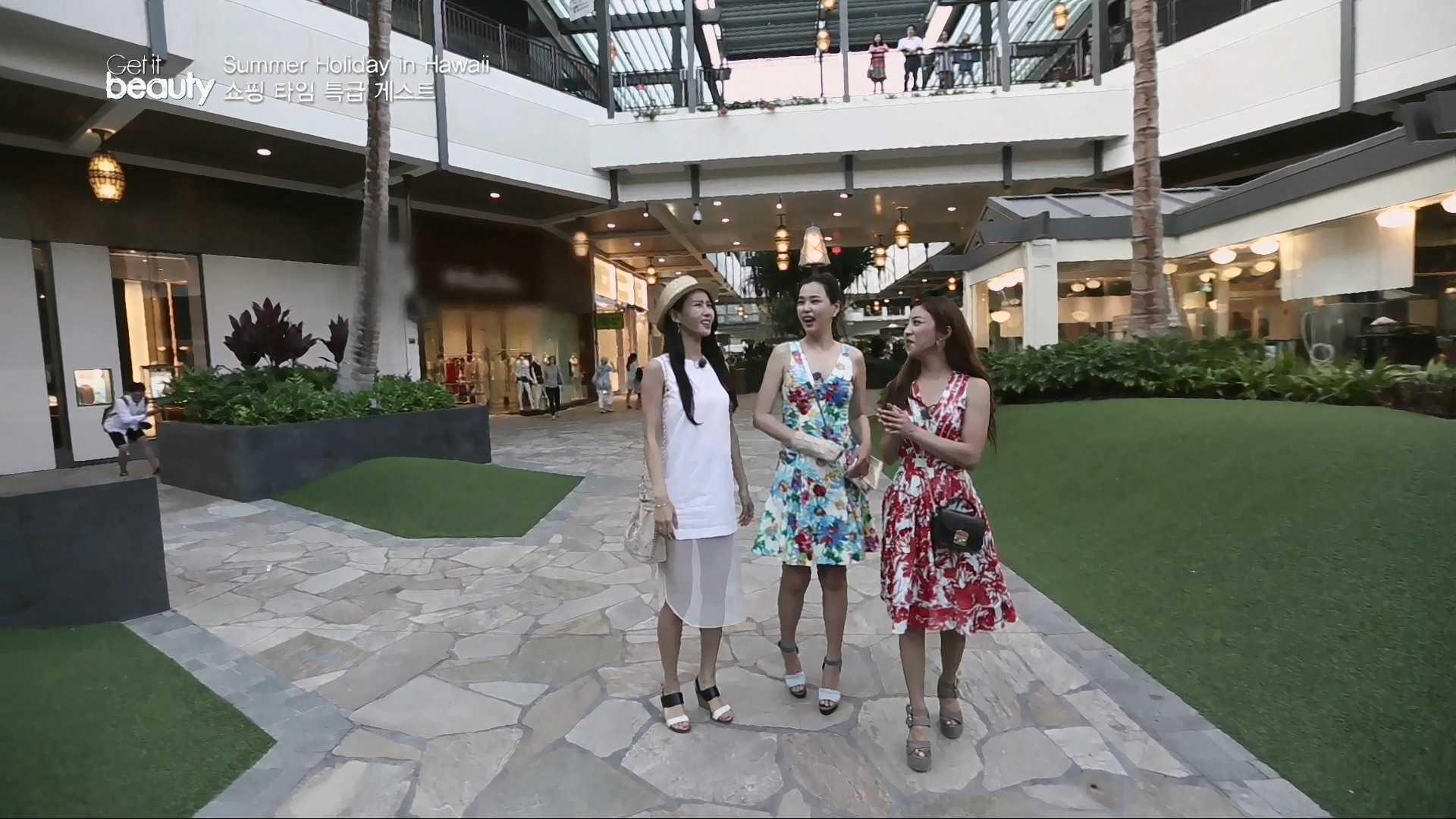 80여 개의 식당을 비롯하여 340개의 매장을 갖춘 하와이 최고의 쇼핑 및 엔터테인먼트 장소이다.  명품 매장은 물론 미국 브랜드 매장과 하와이 로컬 브랜드 매장이 입점 되어 있다.