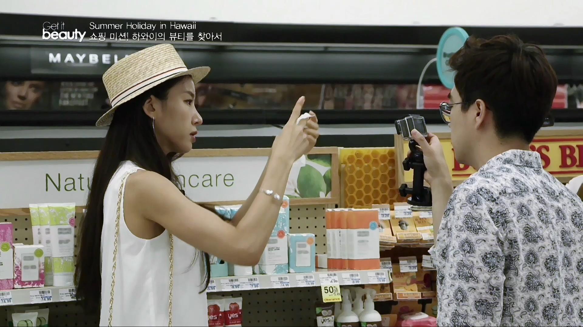 기념품 구입을 원하는 관광객이나 일주일 단위로 달라지는 세일 품목을 할인 된 가격으로 구매하기를 원하는 사람들을 위한 알짜배기 슈퍼마켓.