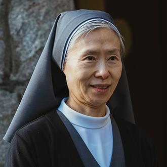 엠마 수녀 (60대 초반)