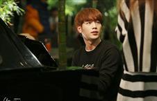 인호는 피아노 연주중