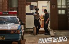 사건의 목격자인 빈집털이범을 털어버리는 강동철!