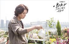 꽃이 꽃에 물주는 중