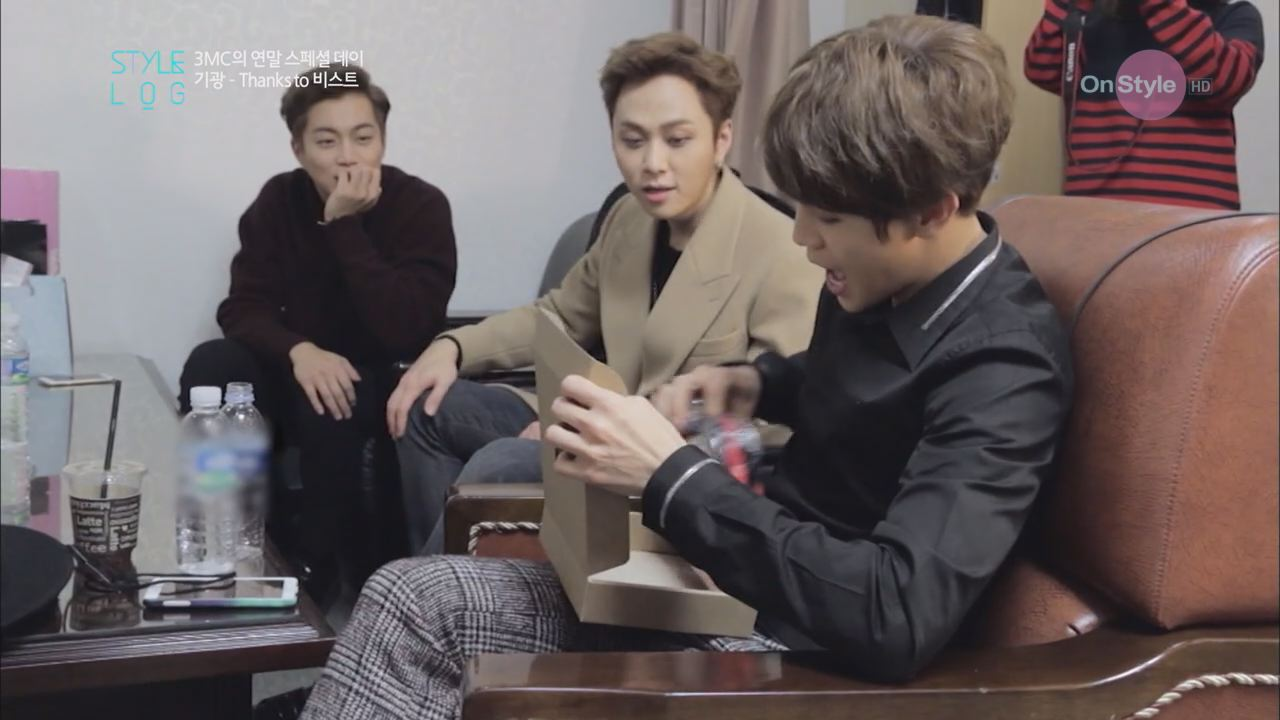 기광&비스트 멤버들! 급박한 선물 증정식 타임!!